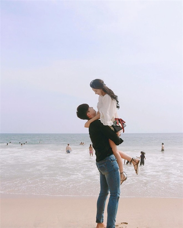 Chung đam mê chụp ảnh, chàng và nàng thường xuyên lưu lại khoảnh khắc lãng mạn bên nhau mọi lúc, mọi nơi.