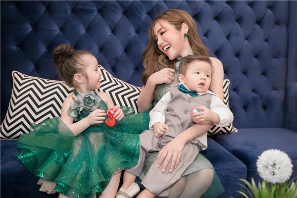 Elly Trần diện đồ đôi cực đáng yêu với con gái Cadie Mộc Trà