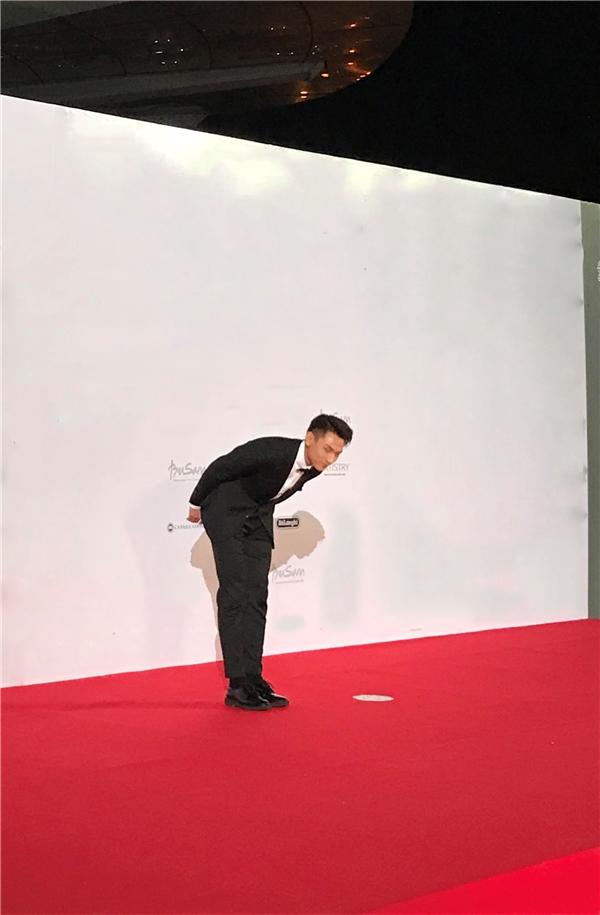 Isaac chào khán giả và truyền thông nước bạn khi tham gia dự giải thưởng tại đây - Tin sao Viet - Tin tuc sao Viet - Scandal sao Viet - Tin tuc cua Sao - Tin cua Sao