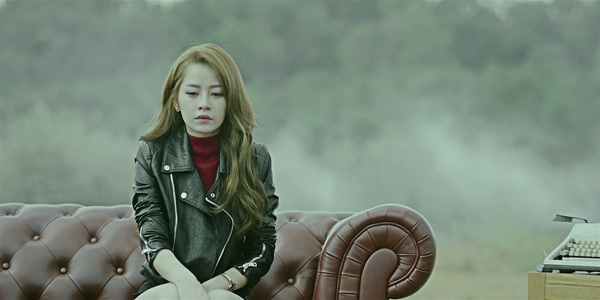 """Sự kết hợp giữa Sơn Tùng và Chi Pu đã tạo ra hiệu ứng rất tốt cho MV Buông đôi tay nhau ra bởi cả hai đều có lượng fan """"khủng"""" của V-biz. Nếu như Sơn Tùng có thế mạnh ở lĩnh vực âm nhạc thì Chi Pu lại là nhân tố 9X sáng giá của làng điện ảnh Việt."""