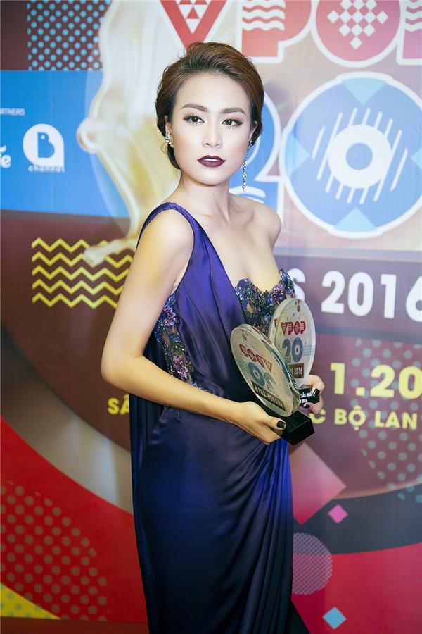 Đây là lần đầu tiên Hoàng Thuỳ Linh nhận một giải thưởng âm nhạc của năm dành cho những cố gắng của mình. - Tin sao Viet - Tin tuc sao Viet - Scandal sao Viet - Tin tuc cua Sao - Tin cua Sao