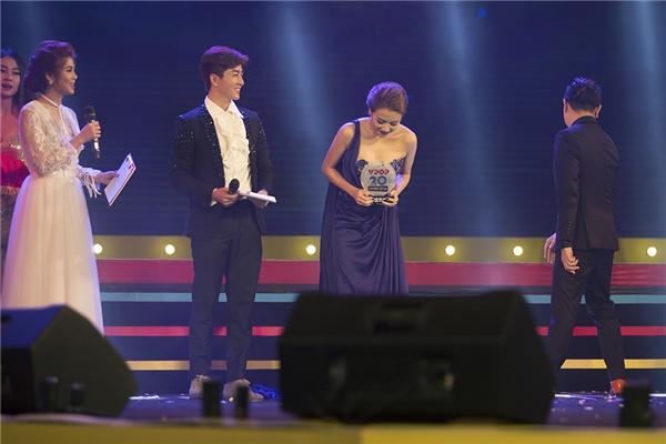 Đây là giải thưởngdành choMV xuất sắc nhất năm 2016 và vinh dự này đã được dành cho MV Bánh Trôi Nước - một trong những sản phẩm tâm đắc nhấtmà Hoàng Thuỳ Linhcho ra mắt vào tháng 08/2016. - Tin sao Viet - Tin tuc sao Viet - Scandal sao Viet - Tin tuc cua Sao - Tin cua Sao