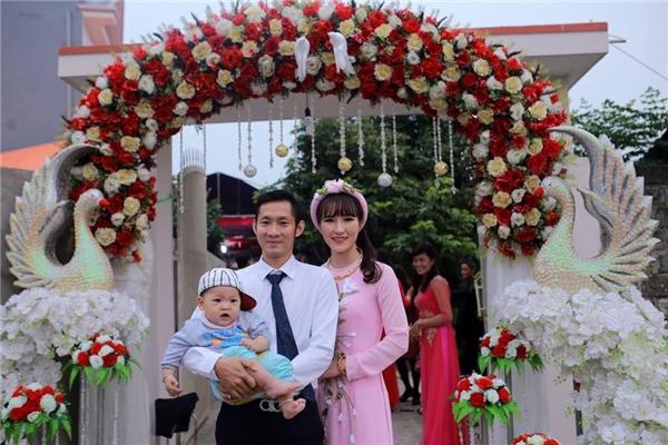 Vũ Thị Trang chọn áo dài hồng đơn giản nhưng vẫn nổi bật. (Ảnh: FBNV)