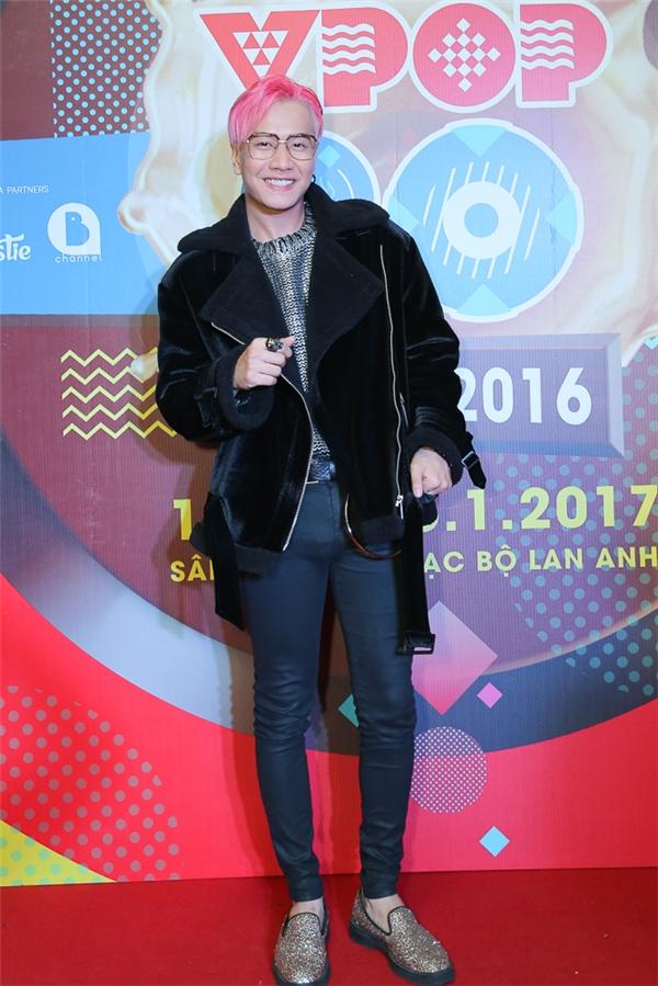 Lou Hoàng gây ấn tượng trên thảm đỏ lễ trao giải Vpop 20 Awards 2016 với mái tóc hồng nổi bật cùng phong cách thời trang cực chất. - Tin sao Viet - Tin tuc sao Viet - Scandal sao Viet - Tin tuc cua Sao - Tin cua Sao