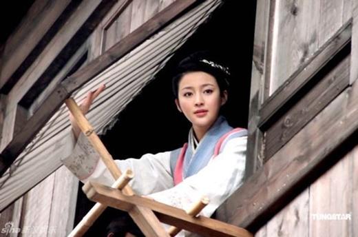 """Gây sốtkhi vào vai diễn tranh cãi Phan Kim Liên trong Tân Thủy Hử (2011). Can Đình Đình được nhiều khán giả yêu thích và đưa cô vào danh sách những """"mỹ nhân cổ trang"""" của điện ảnh Trung Quốc."""