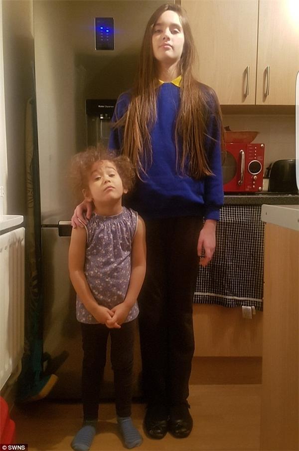 Hai chị emLiana (11 tuổi, cao 1,73 m) và Chyna (3 tuổi, cao 1,14 m).