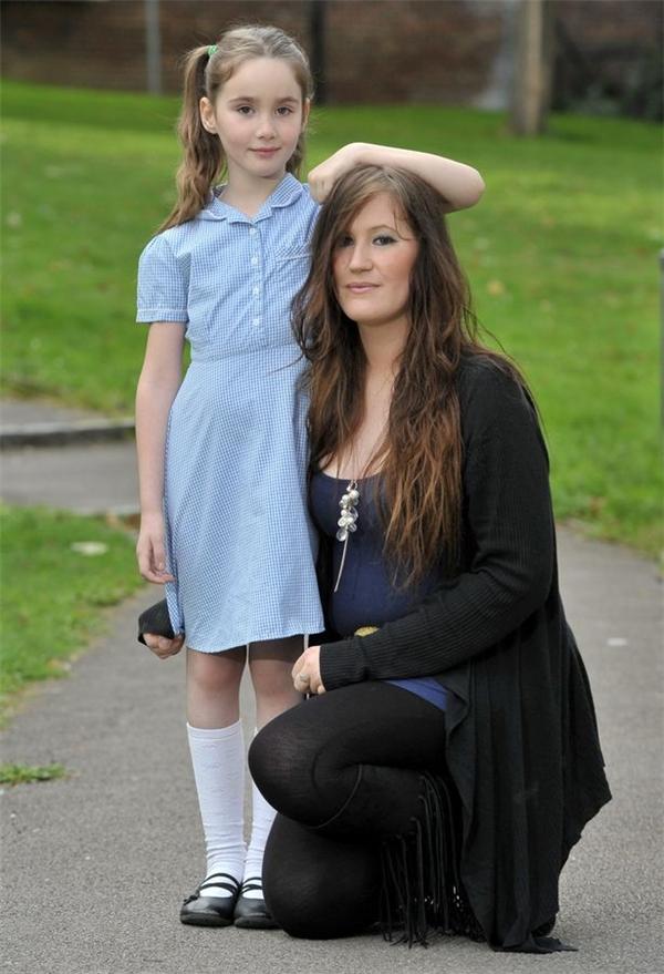"""Được biết, vào lúc 6 tuổi, Liana đã được mệnh danh là """"tòa tháp"""", trở thành bé gái cao nhất nước Anh trong số những em bé ở độ tuổi đó."""