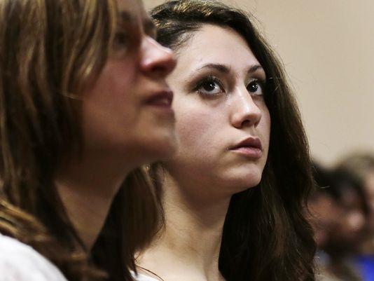 Abigail theo dõi phiên tòa xét xử Kibby.
