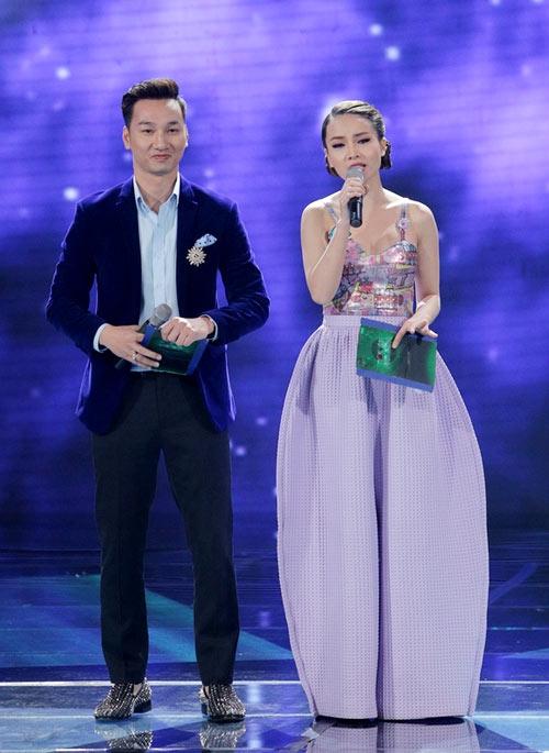 """Trên sân khấu một chương trình vừa qua, Yến Trang khiến người xem phải chú ý khi diện chiếc quần có phom phồng trông """"ngố tàu"""". Tuy nhiên, chiếc quần lại khiến nữ ca sĩ trông thấp hơn thực tế rất nhiều."""
