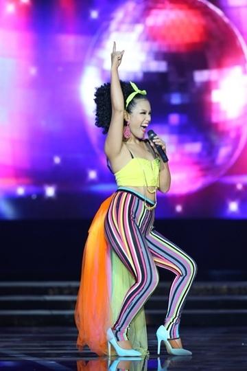 Chiếc quần ôm sát với những màu sắc rực rỡ làm lộ phần chân ngắn, to của Phương Vy. Bên cạnh đó, nữ ca sĩ còn khiến khán giả khó hiểu khi gắn thêm phần đuôi bằng chất liệu voan mềm mại.