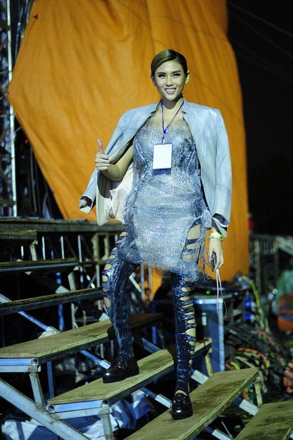 Dù sở hữu chiều cao khủng, thân hình tương đối nổi bật nhưng gu thời trang của Hoàng Yến lại không tỉ lệ thuận với những lợi thế trên. Nhìn vào bộ trang phục này, khán giả chỉ biết thở dài với cựu Siêu mẫu Việt Nam 2008. Chiếc quần tất rách bươm kết hợp áo xuyên thấu không hề ăn nhập với nhau.