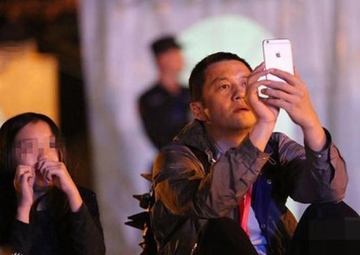 Lý Á Bằng còn dành tình thương cho con gái riêng cho vợ cũ. Anh thường xuyên tham dự buổi biểu diễn của con gái Vương Phi.