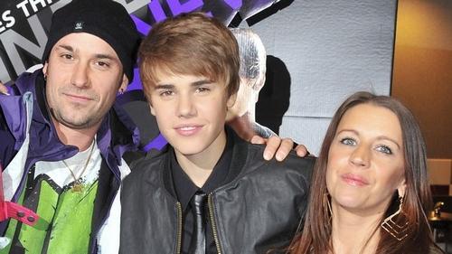 """Gia đình Justin Bieber trong một lần đoàn tụ hiếm hoi khi chàng ca sĩ ra mắt album """"Never Say Never"""" năm 2011."""