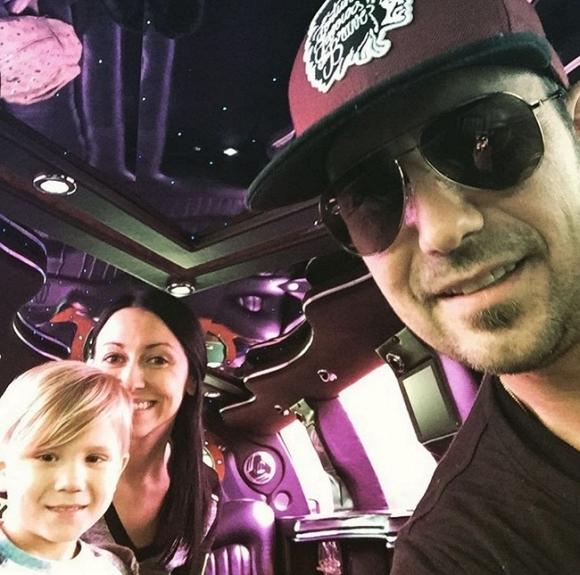 Ngỡ ngàng trước cuộc sống xa xỉ lẫn bê bối của cha Justin Bieber