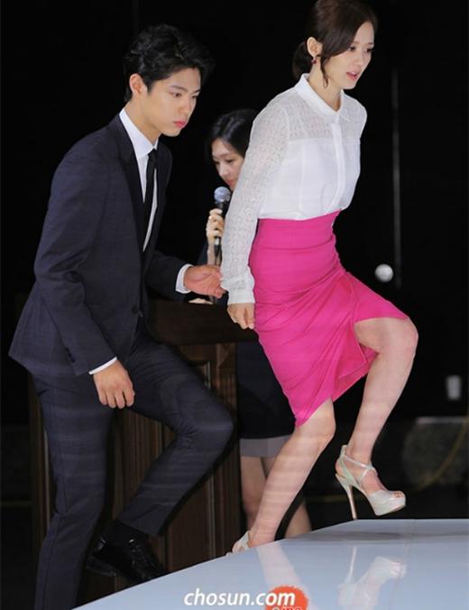 Dìu bước cho đồng nghiệp nữ trong những bộ váy vướng víu là hành động đẹp rất được lòng người hâm mộ.