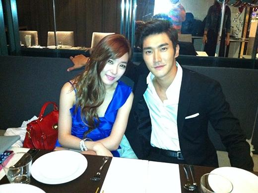 """""""Mã gia"""" Siwon vô cùng lịch sự khi chụp cùng đồng nghiệp Tiffany."""