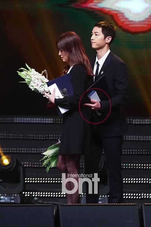 Song Joong Ki lần nữa thể hiện mình là anh chàng ga lăng, điều này ghi điểm tuyệt đối trong mắt fans.