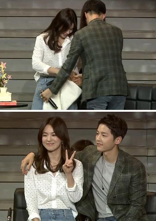 """Song Joong Ki và Song Hye Kyo là bạn diễn trong phim Hậu Duệ Mặt Trời, sau bộ phim cả hai luôn có những hành động """"phim giả tình thật"""".Trong một buổi họp fan, thấy Song Hye Kyo mặc váy ngắn, gặp khó khăn trong việc ngồi xuống, Song Joong Ki lập tức tìm khăn che chắn giúp đàn chị. Đây vừa là hành động ga lăng, vừa là sự quan tâm chu đáo của anh chàng dành cho người bạn diễn."""