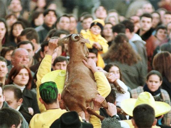 Con dê được đám đông diễu hành qua các con phố.(Ảnh: Internet)