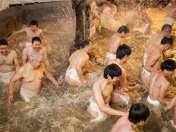 Lễ hội này thu hút đến hơn 10 nghìn người đàn ông trưởng thành.(Ảnh: Internet)