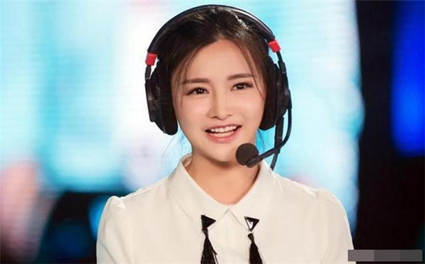 Trước đây Miss là game thủ chuyên nghiệp của game Dota. Sau đó, cô chuyển sang dẫn chương trình cho các sự kiện của giới game thủ. Cô sở hữu lượng người hâm mộ vô cùng hùng hậu.