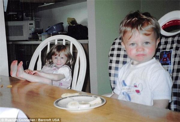 Kenadie 4 tuổi chụp ảnh bên cạnh em trai Tyran2 tuổi của mình.