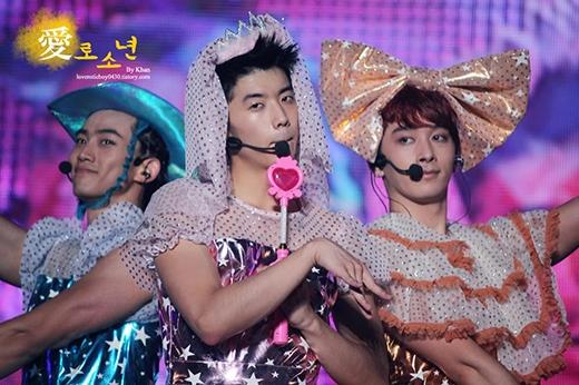 Có lẽ fans 2PM cũng không ngờ có ngày các anh chàng cơ bắp lại mặc váy hoa bóng xòe lên sân khấu nhỉ?