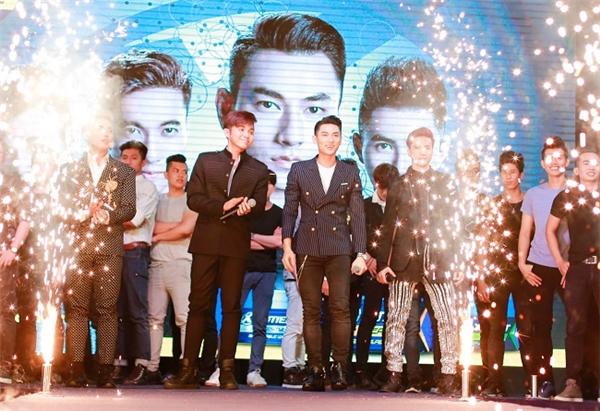 4 chàng trai 365 cùng màn catwalk đặc biệt với các bạn SV. - Tin sao Viet - Tin tuc sao Viet - Scandal sao Viet - Tin tuc cua Sao - Tin cua Sao