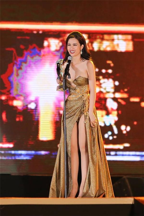 Nữ ca sĩ khoe dáng ngọc ngà trong thiết kế cúp ngực, xẻ tà gợi cảm trên nền chất liệu ánh kim nổi bật.