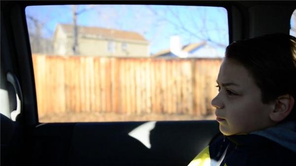 Vì quá thương con trai, ông Arthur và bà Susy đã sắp xếp để Tucker gặp chú chó đặc biệt và tù nhân Chris Voigt.