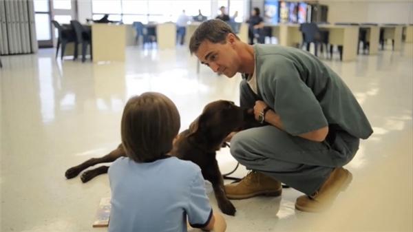Cứ tưởng rằng, mọi việc sẽ rất khó khăn vì cậu bé có thể bị kích động bất cứ lúc nào. Thế nhưng, với nghệ thuật bắt chuyện của Chris, họ khá hòa nhập và nhẹ nhàng với nhau. Điều nàygiúp chotù nhân dễ dàng trong việc để chú chó của mình chữa trị bệnh cho cậu bé.