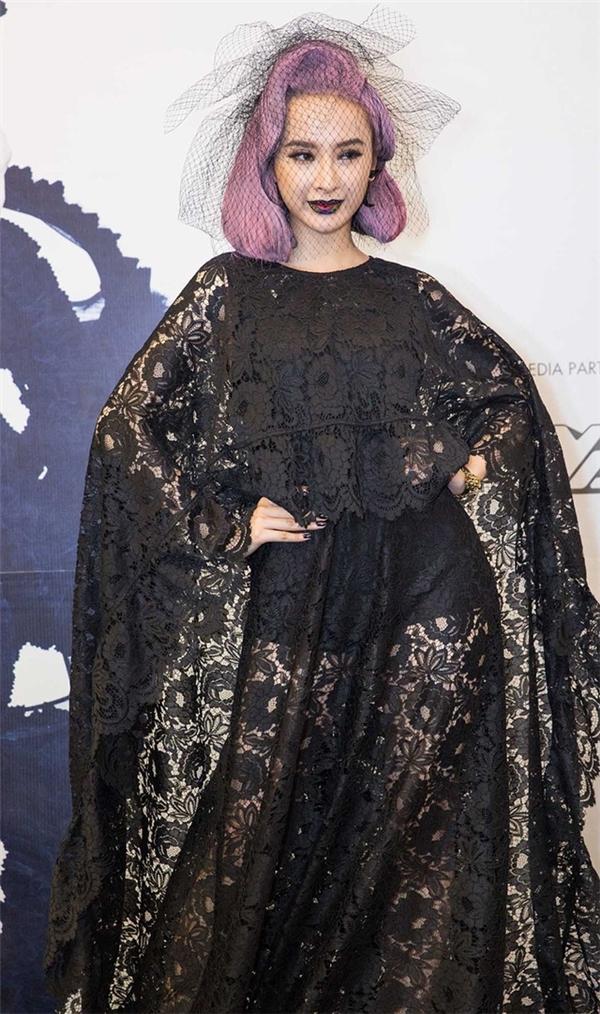 Mái tóc tím, đôi môi loang màu lại là điểm nhấn mà Angela Phương Trinh mang đến trên thảm đỏ show thời trang Thu - Đông 2016 của Đỗ Mạnh Cường.