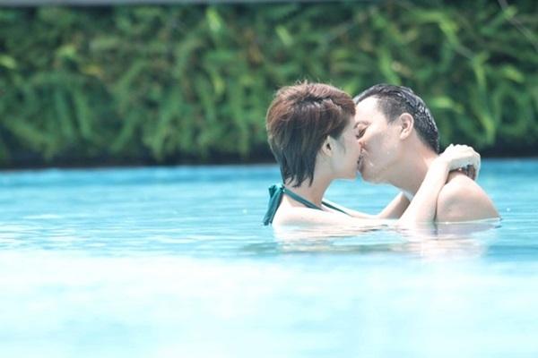 Với Vừa đi vừa khóc, nụ hôn khiến Lương Mạnh Hải nhớ nhất là nụ hôn được thực hiện dưới nước. Lúc ấy, nhân vật Đông Dương do Minh Hằng thủ vai quyết định công khai giới tính thật của mình với Hải Minh (Lương Mạnh Hải). Cô nàng diện một bộ bikini rất gợi cảm, đến hồ bơi gặp Hải Minh và nói rõ sự thật. Biết được người mình yêu là con gái chính hiệu, Hải Minh vô cùng sung sướng. Cả hai ùa vào nhau và trao nhau nụ hôn say mê dưới làn nước. - Tin sao Viet - Tin tuc sao Viet - Scandal sao Viet - Tin tuc cua Sao - Tin cua Sao