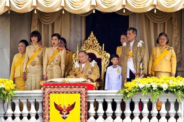 Việc xúc phạm hoàng gia Thái Lan sẽ khiến bạn chịu án tù từ 3 - 15 năm.