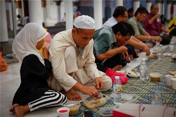 Ăn uống ở nơi công cộng vào ban ngày vào tháng lễ Ramadan sẽ khiến bạn phải chịu án tù giam.