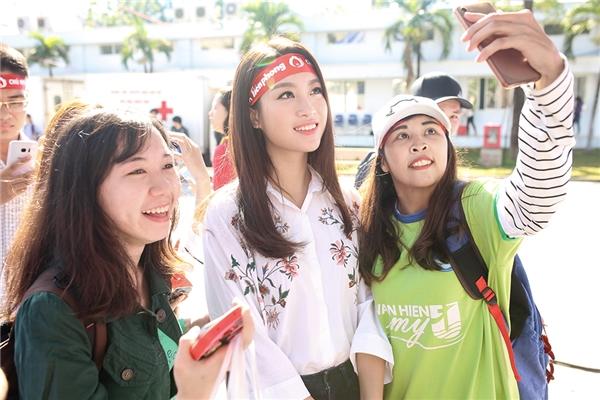 Sau khi hiến máu, Mỹ Linh còn giao lưu với các bạn sinh viên nhằm gắn kết mối quan hệ đồng trang lứa cũng như tuyên truyền thông điệp ý nghĩa của ngày Chủ nhật đỏ.
