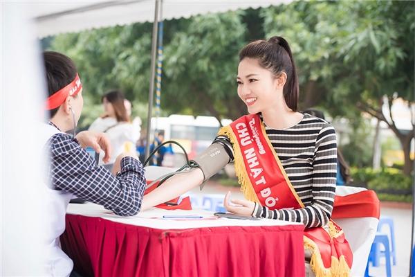 Hoa hậu Mỹ Linh, Á hậu Thanh Tú rạng ngời trong ngày hội hiến máu
