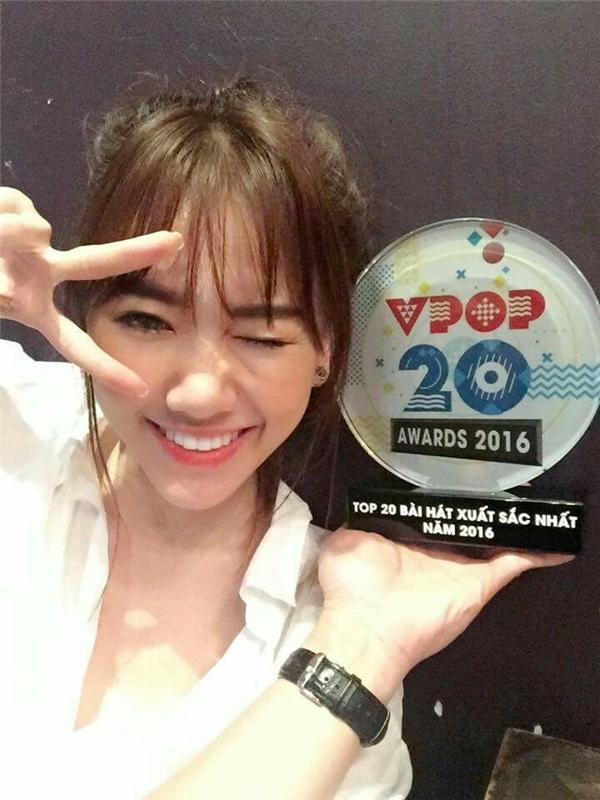 Đây là giải thưởng thứ hai mà Hari Won nhận được trong sự nghiệp âm nhạc. Trước đó một ngày (6/1), cô vừa chia sẻ hạnh phúc trên trang cá nhân khi bất ngờ nhận giải thưởng Top 20 bài hát xuất sắc nhất năm 2016 do chương trình YANVPOP20 bình chọn. - Tin sao Viet - Tin tuc sao Viet - Scandal sao Viet - Tin tuc cua Sao - Tin cua Sao