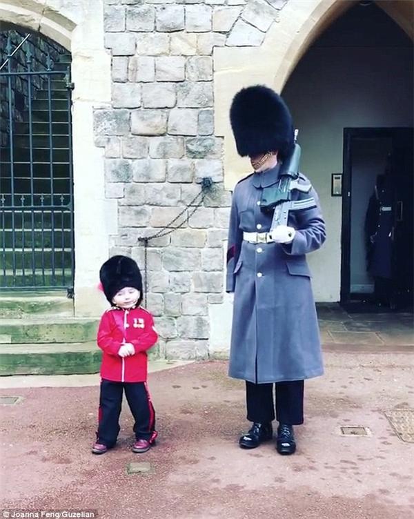 """Được biết, trong ngày kỉ niệm sinh nhật lần thứ 4, Marshall Scott đã cùng mẹ đến thăm lâu đài Windsor, nơi mà cậu rất thích vì chưa bao giờ được đến. CôImogen, mẹ của Scott chia sẻ rằng, con trai mình rất yêu nước và luôn bảo """"Nữ Hoàng là người đáng yêu, xinh đẹp nhất""""."""