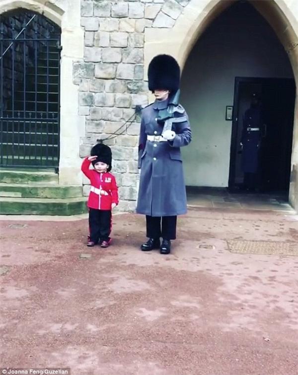 Và với những tình cảm đặc biệt ấy, cậu bé đã bước vào lâu đài với bộ trang phục cận vệ hoàng giatrông không khác gì những cận vệ thực thụ. Cậu đứng nghiêm nghị cạnh một anh lính gác, tay giơ cao chào tỏ vẻ đang làm nhiệm vụ.