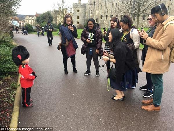 Vì quá đáng yêu và ngộ nghĩnh, Scott đã được một du khách tham quanlàJoanna Feng vừa chụp hình vừa quay lại làm kỉ niệm. Tuy nhiên, người đăng nó lên mạng xã hội lại là một trong những línhcận vệ của tòa lâu đài Windsor này.