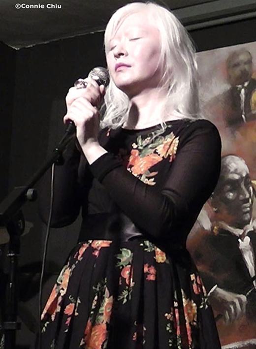 Không chỉ gây chú ý tại các buổi biễu diễn thời trang, Connie Chiu còn lấn sân sang lĩnh vực ca hát trong vai trò là ca sĩ nhạc Jazz.