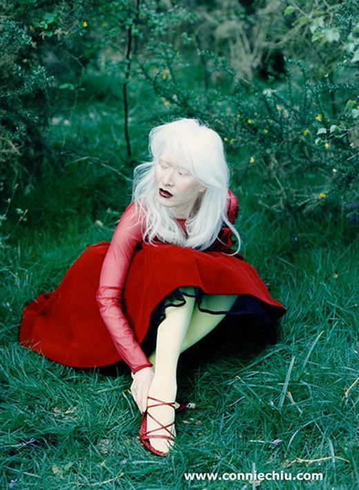 Thế nhưng, năm 24 tuổi khi cô hợp tác với Jean - Paul Gaultier trong buổi biểu diễn thời trang đã khiến sự nghiệp và cuộc đời của Connie có những bước ngoặt lớn.