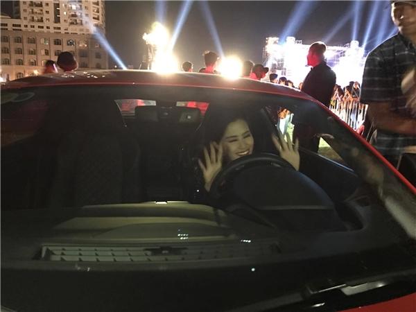 Sau khi đêm trao giải kết thúc, Đông Nhi nhanh chóng di chuyển ra xe và tự lái về nhà. - Tin sao Viet - Tin tuc sao Viet - Scandal sao Viet - Tin tuc cua Sao - Tin cua Sao