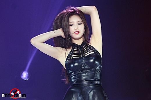 Suzy vốn nổi tiếng với hình tượng thanh tú, dịu dàng, nhưng cũng không thiếu những khoảnh khắc gợi cảm.