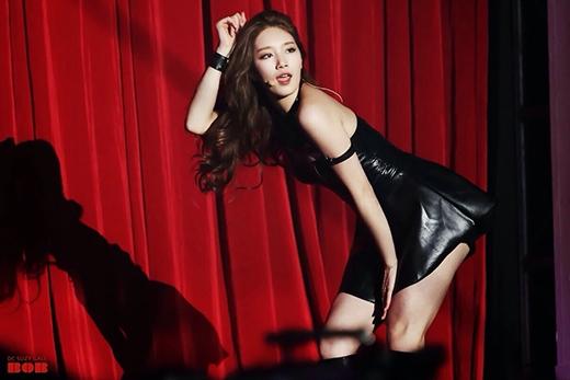 Với bộ đồ da ôm sát, Suzy trông gợi cảm và khác lạ.