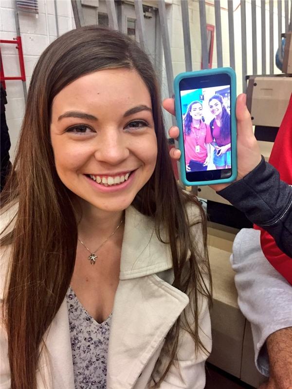 Tin được không, lại thêm một cô gái nữa trông giống Santana! (Ảnh: Twitter)