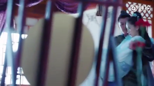 Khán giả cho rằng người bế Angela Baby vào phòng chỉ là thế thân của Chung Hán Lương bởi cảnh quayđược lướt qua rất nhanh sau đó ghép với cảnh tay đôi nối tiếp giữa hai nhân vật chính.