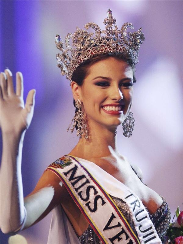 5. Venezuela: Là đất nước sản sinh ra nhiều hoa hậu nhất thế giới, phụ nữ Venezuela được ban cho vẻ đẹp rực rỡ ít ai sánh bằng cùng chiều cao nổi bật và ý thức mạnh mẽ về sắc đẹp. Hầu như những người phụ nữ nào ở đây trước khi đi thi hoa hậu đều phải trải qua hơn 6 tháng đào tạo cách đi đứng, ăn nói, trang điểm…