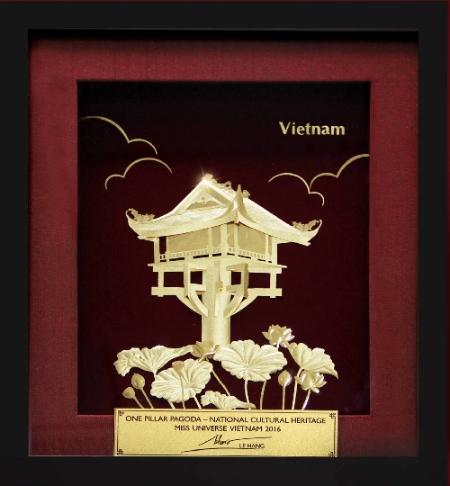 Một trong những hành trang quan trọng của Lệ Hằng chuẩn bị cho cuộc thi Hoa hậu Hoàn vũ 2016 là quà tặng quốc gia được đấu giá trong buổi gala từ thiện. Năm nay, cô mang đến cuộc thi bức tranh bằng vàng nguyên chất 99,9 % lấy ý tưởng từ hoa sen và chùa một cột, biểu tượng văn hóa dân tộc của Việt Nam.